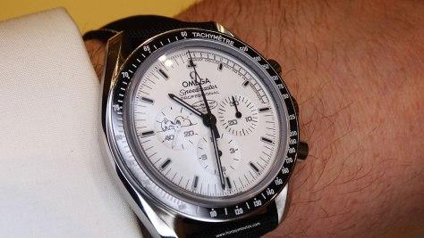 Omega Speedmaster Apollo 13 Silver Snoopy Award - En la muñeca 1
