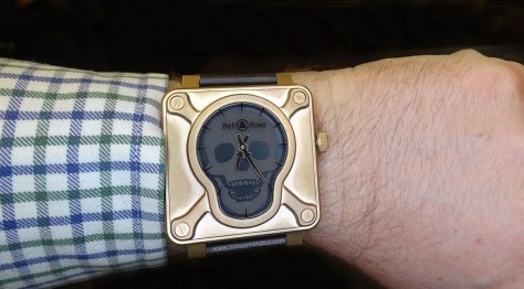 Bell and Ross BR 01 Skull Bronze en la muñeca