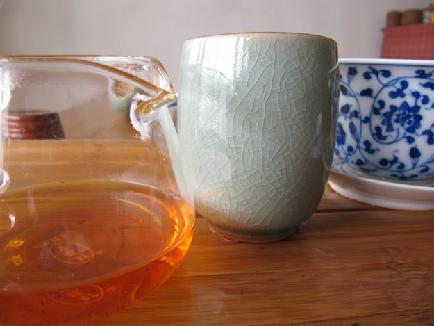 nan nuo shan black tea old tree dian hong broth