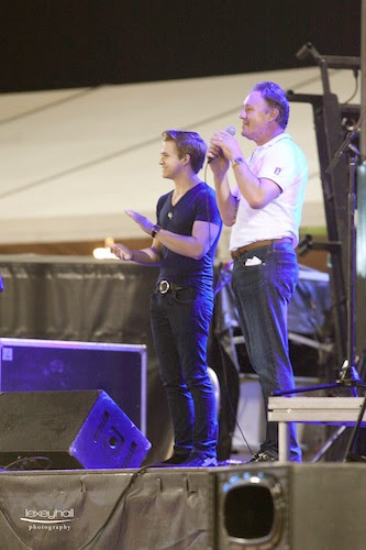 Hunter Hayes congratulates his Musicares team with Mark Bellissimo at the FTI GCC.
