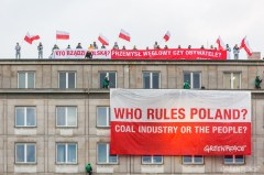 Greenpeace banner on Polish Ministry of Economy.  Photo: 350.org