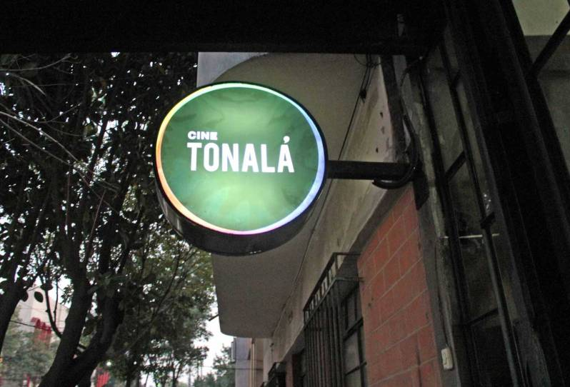 https://commons.wikimedia.org/wiki/File:Cine_Tonal%C3%A1_01.JPG