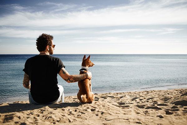 Mann und Hund am Meer