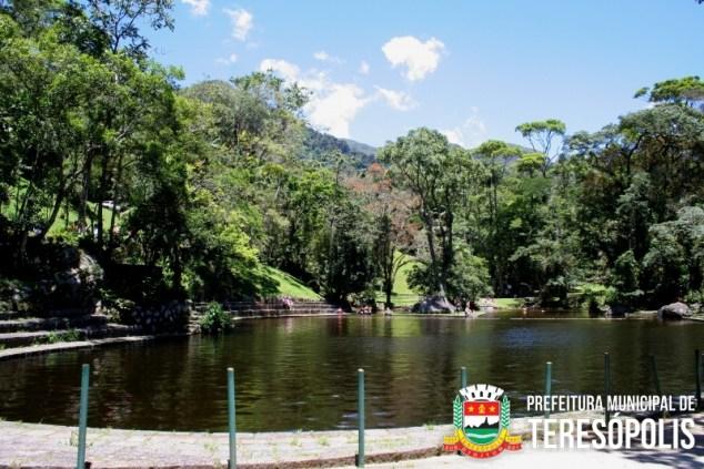 Área destinada ao público com piscinas naturais.