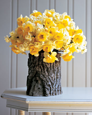 drill a hole in a log + add a glass jar = a beautiful vase…love it!!