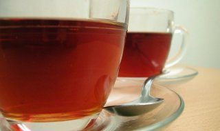 Two_cups_of_tea_with_spoon