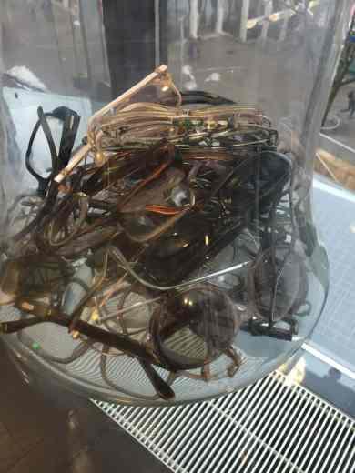 Brillensammlung im Wartezimmer von EuroEyes Stuttgart