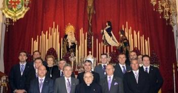 García Wakelin con la Junta de su hermandad.