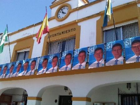 Carteles del alcalde en el balcón del Ayuntamiento.