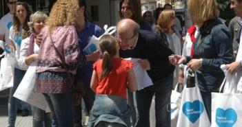 El alcalde, este sábado por las calles de Huelva.