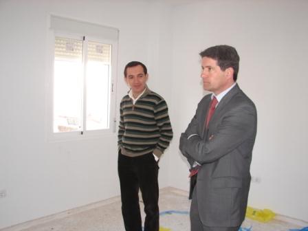 Juan Serrato en una visita a VPO en la localidad.