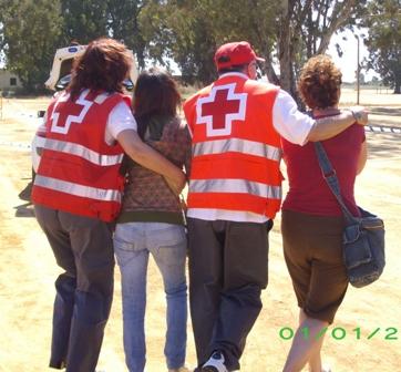 Efectivos de Cruz Roja atiende a unas personas.