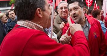Acalorada discusión de Barrero con un trabajador de Astilleros. (Fotos: Julián Pérez)