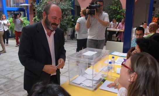 Pedro Jiménez en el momento de votar. (Foto: J.C.)