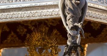 El varal trató de amarrarse, pero la procesión no pudo continuar. (Reportaje gráfico: Julián Pérez)