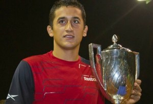 Almagro recibe la copa como triunfador del torneo. (Julián Pérez).