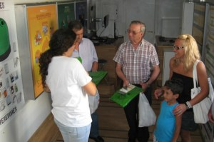 Técnicos del Bus del Reciclaje atienden a un grupo de onubenses.