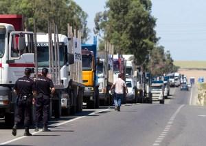 Caravana de camiones estacionada frente a la fábrica. (Foto: Julián Pérez)
