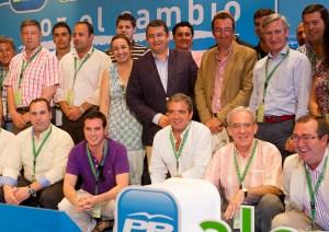 Sanz junto a alcaldes y concejales del PP en la Escuela de Verano. (Foto: Julián Pérez)