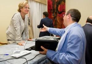 El diputado popular José Luis Barragán saluda a la presidenta de la Diputación, Petronila Guerrero. (Julián Pérez).