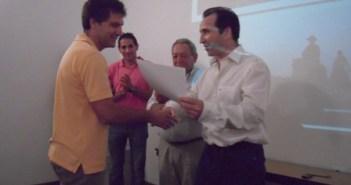 Entrega del diploma al ganador.