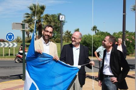 Las autoridades con una de las banderas de los tres puertos en Ayamonte.