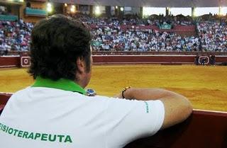 Un fisoterapeuta en el coso de La Merced. (Foto: www.ambitotoros.blogsport.com)