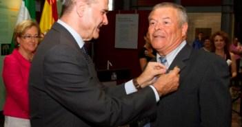Patrocinio Mora recibe de Chaves la Medalla del Trabajo. (Julián Pérez)