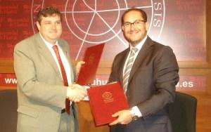 El rector y el director gerente de Inturjoven sellan el acuerdo.