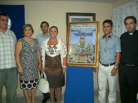 la alcaldesa junto a los miembros de la hermandad y el autor del cartel