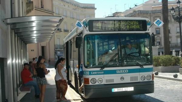 Un autobús de EMTUSA en la parada de la Plaza de las Monjas.
