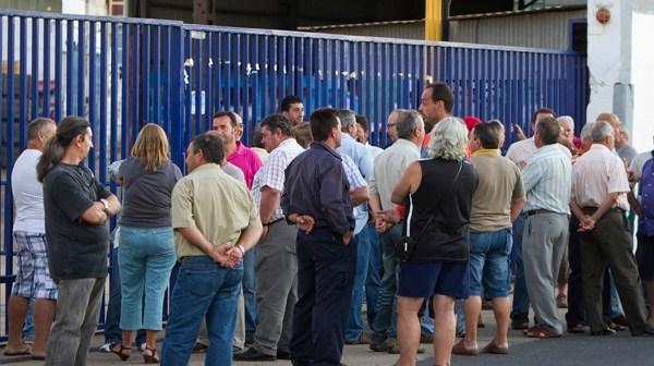 Trabajadores recolocables de Astilleros concentrados a las puertas de la factoría naval. (Foto: Julián Pérez)