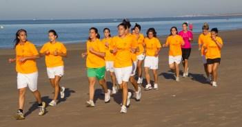 Jugadoras del Cajasol Sporting realizando la pretemporada en la playa.