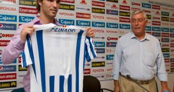 Danilo Peinado muestra la camiseta del Recre. (Julián Pérez)