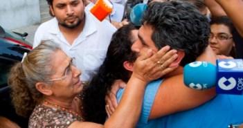 Juan José Cortés es abrazado por sus familiares. (Julián Pérez)