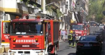 Bomberos intervienen en el incendio calle Ciudadela.