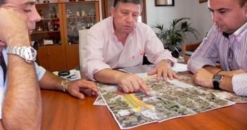 El alcalde estudia el proyecto recibido.