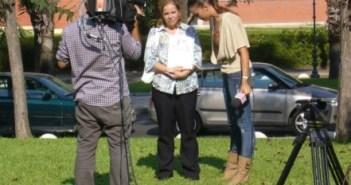 La portavoz de la familia materna de los niños atiende a un programa de TV. (Julián Pérez)
