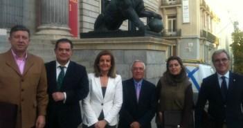 De izquierda a derecha, Carmelo Romero, Juan Carlos Lagares, Fátima Báñez, Matías Conde, Dolores Vázquez y Francisco Moro, este martes en el Congreso de los Diputados.