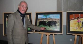 Pepe Salas muestra uno de sus cuadros.