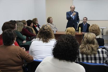 Pedro Rodríguez se dirige a un grupo de mujeres en un actodel PP.