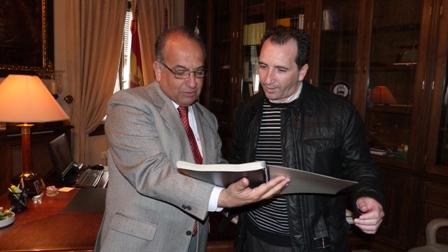 Suárez Japón y el alcalde de Almonte.