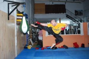 Competidor de kick-boxing en un entrenamiento.