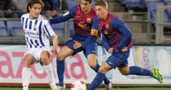 Berrocal presionado por Bartra y Delofue en el Recre-Barça B. (J. Pérez)