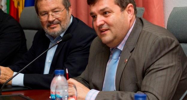 Vicente Toti y Francisco José Martínez en la presentación del libro del primero en Huelva. (Julián Pérez)