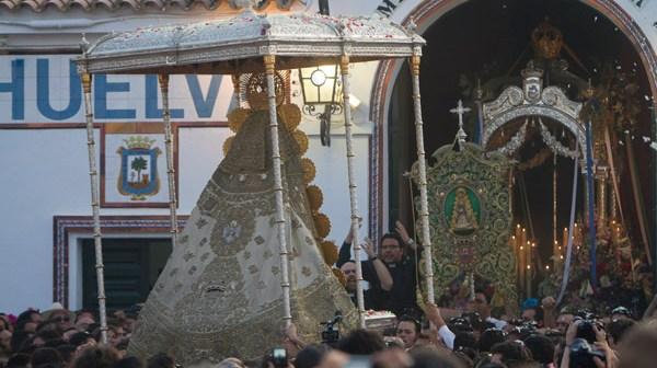 La Virgen del Rocío, ante la Hermandad de Huelva. (Julián Pérez)