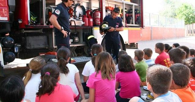 Los bomberos dan explicaciones a los pequeños.