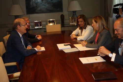 Las ministras de Fomento y Empleo durante el encuentro que han mantenido con el alcalde de Huelva y el concejal de Urbanismo.
