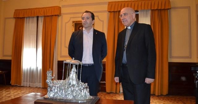 El alcalde de Almonte y el obispo.