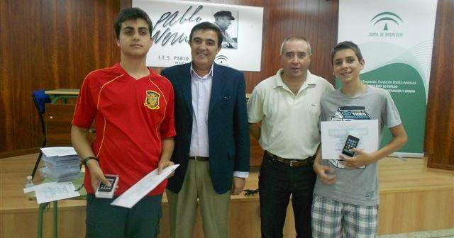 Los ganadores del certamen con el delegado de Educación.